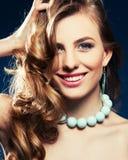 Mujer hermosa con el pelo marrón rizado Imágenes de archivo libres de regalías