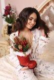 Mujer hermosa con el pelo oscuro en ropa casera acogedora que celebra Fotografía de archivo libre de regalías