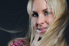 Mujer hermosa con el pelo que agita Imágenes de archivo libres de regalías