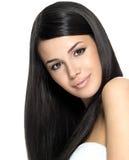 Mujer hermosa con el pelo recto largo Imágenes de archivo libres de regalías