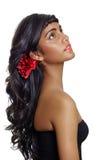 Mujer hermosa con el pelo rizado marrón largo Fotos de archivo libres de regalías