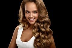 Mujer hermosa con el pelo rizado ondulado rubio brillante largo belleza imágenes de archivo libres de regalías