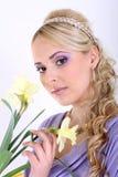 Mujer hermosa con el pelo rizado y la flor largos Fotografía de archivo