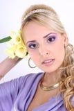 Mujer hermosa con el pelo rizado y la flor largos Fotos de archivo