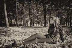 Mujer hermosa con el pelo rojo en parque de la caída Imágenes de archivo libres de regalías
