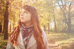 Mujer hermosa con el pelo rojo en parque del otoño Foto de archivo libre de regalías