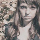 Mujer hermosa con el pelo rojo en parque del otoño Imágenes de archivo libres de regalías