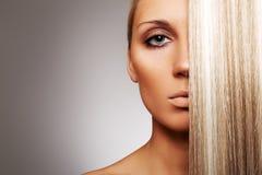 Mujer hermosa con el pelo rubio elegante Fotos de archivo libres de regalías