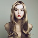 Mujer hermosa con el pelo rubio magnífico Fotos de archivo libres de regalías