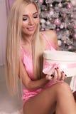 Mujer hermosa con el pelo rubio que celebra días de fiesta del Año Nuevo Fotografía de archivo libre de regalías
