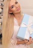 Mujer hermosa con el pelo rubio que celebra días de fiesta del Año Nuevo Foto de archivo libre de regalías