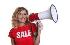 Mujer hermosa con el pelo rubio y el megáfono Imágenes de archivo libres de regalías