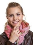 Mujer hermosa con el pelo rubio y la bufanda Fotos de archivo