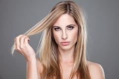 Mujer hermosa con el pelo sucio largo Imágenes de archivo libres de regalías