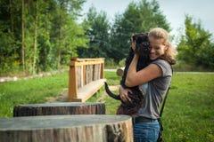 Mujer hermosa con el perro Imágenes de archivo libres de regalías
