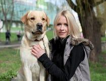 Mujer hermosa con el perro en el parque fotos de archivo libres de regalías