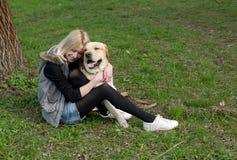 Mujer hermosa con el perro en el parque Foto de archivo