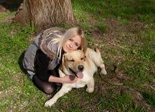 Mujer hermosa con el perro en el parque foto de archivo libre de regalías