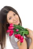Mujer hermosa con el ramo rojo de los tulipanes Imagen de archivo
