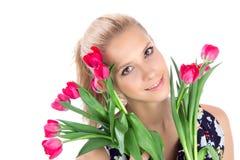 Mujer hermosa con el ramo rojo de los tulipanes de flores Imagenes de archivo