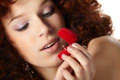 Mujer hermosa con el rectángulo de regalo rojo Foto de archivo libre de regalías