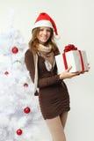 Mujer hermosa con el regalo de la Navidad Fotografía de archivo