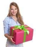 Mujer hermosa con el regalo de la Navidad en sus manos Foto de archivo