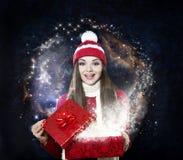 Mujer hermosa con el regalo mágico - retrato de la Navidad fotos de archivo