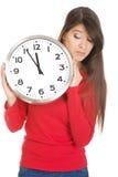 Mujer hermosa con el reloj Fotos de archivo libres de regalías