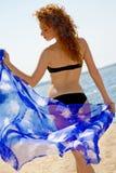 Mujer hermosa con el sarong azul imágenes de archivo libres de regalías