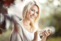 Mujer hermosa con el teléfono celular Fotos de archivo libres de regalías