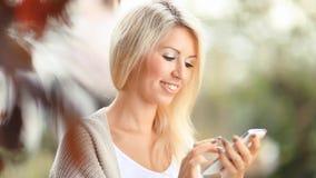 Mujer hermosa con el teléfono celular