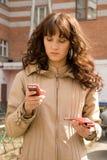 Mujer hermosa con el teléfono móvil Fotografía de archivo libre de regalías