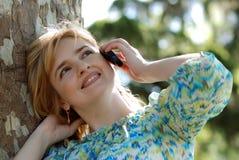 Mujer hermosa con el teléfono móvil imagenes de archivo