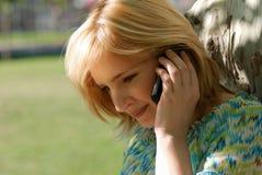 Mujer hermosa con el teléfono móvil imagen de archivo libre de regalías