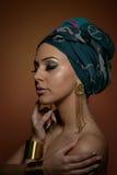 Mujer hermosa con el turbante Hembra atractiva joven con el turbante y los accesorios de oro Mujer de moda de la belleza imagenes de archivo
