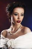 Mujer hermosa con el vestido de noche del maquillaje que lleva Foto de archivo