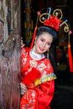 Mujer hermosa con el vestido rojo chino del traitional Foto de archivo libre de regalías