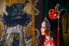 Mujer hermosa con el vestido rojo chino del traitional Fotos de archivo libres de regalías