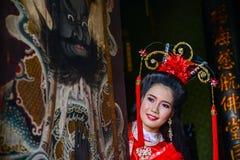 Mujer hermosa con el vestido rojo chino del traitional Imagen de archivo libre de regalías