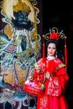 Mujer hermosa con el vestido rojo chino del traitional Imagen de archivo