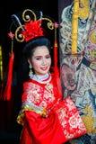 Mujer hermosa con el vestido rojo del chino tradicional Fotos de archivo