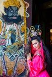 Mujer hermosa con el vestido rosado chino del traitional Foto de archivo libre de regalías