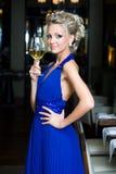 Mujer hermosa con el vidrio de vino en un restaurante fotografía de archivo libre de regalías