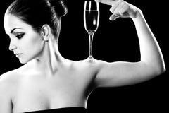 Mujer hermosa con el vidrio del champán Foto de archivo