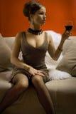 Mujer hermosa con el vino rojo de cristal Fotografía de archivo