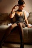 Mujer hermosa con el vino rojo de cristal Fotos de archivo