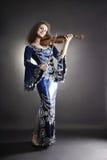 Mujer hermosa con el violín fotos de archivo