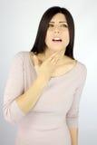 Mujer hermosa con enfermedad de la garganta dolorida Imagen de archivo libre de regalías