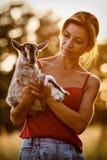 Mujer hermosa con goatling pequeño y agradable Imágenes de archivo libres de regalías